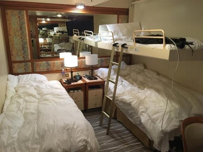 Cuộc sống trên du thuyền bị cách ly vì virus corona: Từ con tàu sang chảnh trở thành nơi giam lỏng, u ám đến nghẹt thở-4