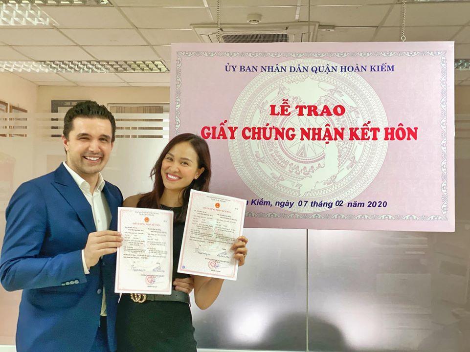 MC Phương Mai và chồng tây đeo khẩu trang đi đăng ký kết hôn-2