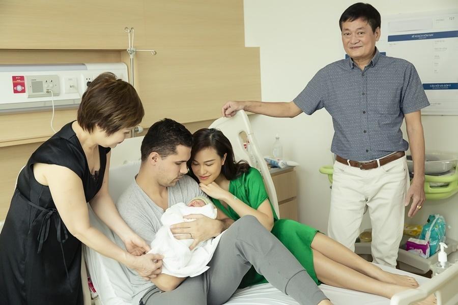 MC Phương Mai và chồng tây đeo khẩu trang đi đăng ký kết hôn-3