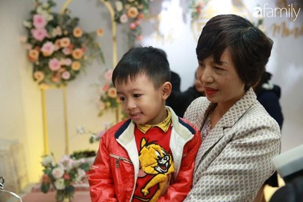 Con trai cưng của cầu thủ Văn Quyết từ lúc xuất hiện cứ liên tục làm duyên trong lễ cưới của dì Quỳnh Anh và chú Duy Mạnh-1