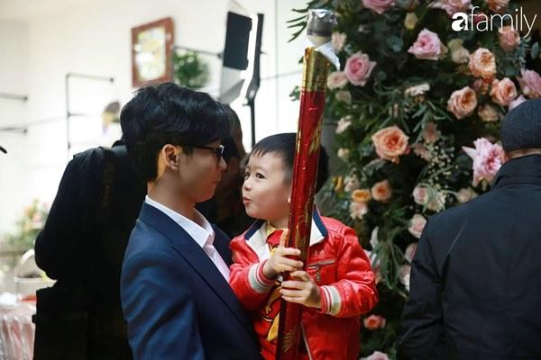 Con trai cưng của cầu thủ Văn Quyết từ lúc xuất hiện cứ liên tục làm duyên trong lễ cưới của dì Quỳnh Anh và chú Duy Mạnh-6