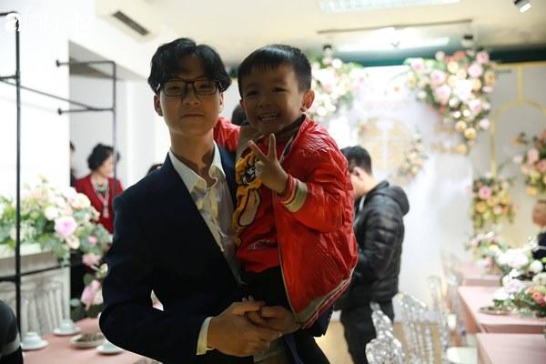Con trai cưng của cầu thủ Văn Quyết từ lúc xuất hiện cứ liên tục làm duyên trong lễ cưới của dì Quỳnh Anh và chú Duy Mạnh-7