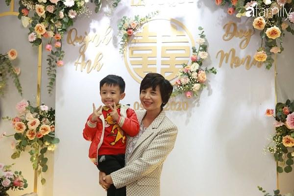 Con trai cưng của cầu thủ Văn Quyết từ lúc xuất hiện cứ liên tục làm duyên trong lễ cưới của dì Quỳnh Anh và chú Duy Mạnh-10
