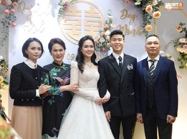 Đám cưới của Quỳnh Anh - Duy Mạnh: Chú rể cực kì bảnh bao, cô dâu xinh đẹp đeo dây chuyền đính 186 viên kim cương giá 800 triệu-1