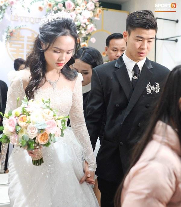 Đám cưới của Quỳnh Anh - Duy Mạnh: Chú rể cực kì bảnh bao, cô dâu xinh đẹp đeo dây chuyền đính 186 viên kim cương giá 800 triệu-2