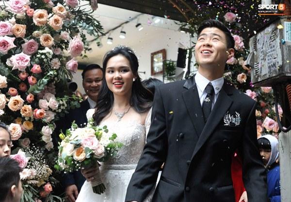 Đám cưới của Quỳnh Anh - Duy Mạnh: Chú rể cực kì bảnh bao, cô dâu xinh đẹp đeo dây chuyền đính 186 viên kim cương giá 800 triệu-3