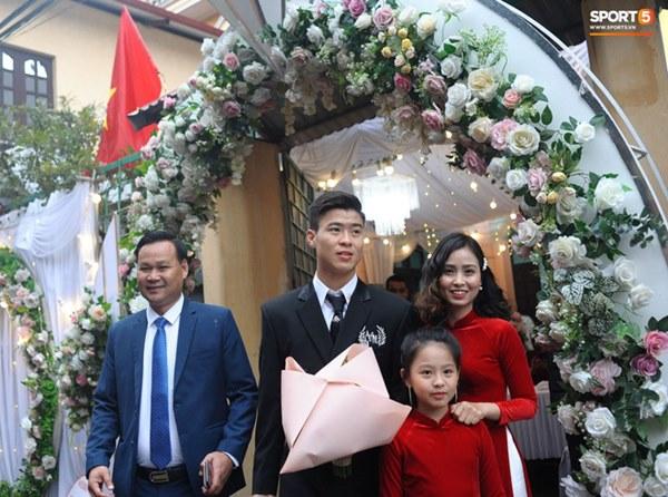Đám cưới của Quỳnh Anh - Duy Mạnh: Chú rể cực kì bảnh bao, cô dâu xinh đẹp đeo dây chuyền đính 186 viên kim cương giá 800 triệu-5