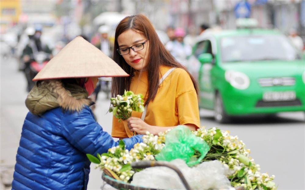 Đầu mùa gánh hoa bưởi xuống phố, giá hơn 300.000 đồng/kg vẫn đắt khách-3