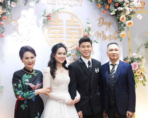 Thần thái phu nhân cựu chủ tịch CLB Sài Gòn làm dân tình tấm tắc: Mẹ đẹp và sang thế này bảo sao Quỳnh Anh không xinh-1