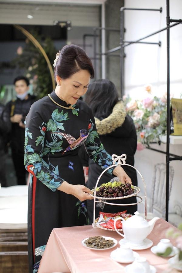 Thần thái phu nhân cựu chủ tịch CLB Sài Gòn làm dân tình tấm tắc: Mẹ đẹp và sang thế này bảo sao Quỳnh Anh không xinh-3