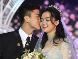 Duy Mạnh hôn Quỳnh Anh tại lễ đường cưới