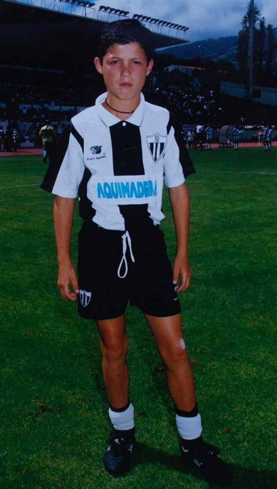 Công bố hàng loạt bức hình thuở nhỏ của Ronaldo: Bức nào cũng đáng yêu nhưng đáng chú ý nhất là nụ cười gượng gạo trong tấm ảnh thẻ-5