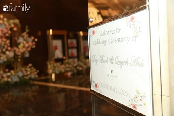 Chiếc váy trăm triệu của Quỳnh Anh được đặt giữa lễ đường, chiêm ngưỡng không gian sảnh cưới đẹp như cổ tích trước giờ G-1