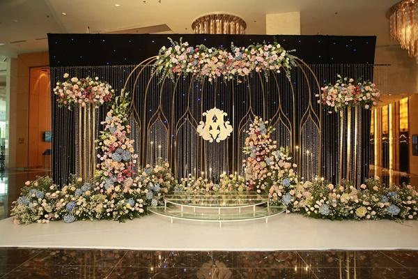 Chiếc váy trăm triệu của Quỳnh Anh được đặt giữa lễ đường, chiêm ngưỡng không gian sảnh cưới đẹp như cổ tích trước giờ G-2