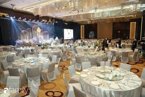 Chiếc váy trăm triệu của Quỳnh Anh được đặt giữa lễ đường, chiêm ngưỡng không gian sảnh cưới đẹp như cổ tích trước giờ G-8
