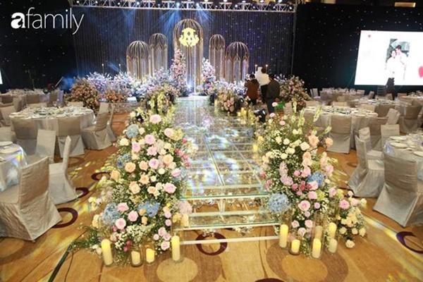 Chiếc váy trăm triệu của Quỳnh Anh được đặt giữa lễ đường, chiêm ngưỡng không gian sảnh cưới đẹp như cổ tích trước giờ G-9