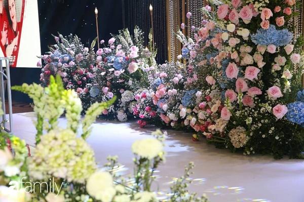 Chiếc váy trăm triệu của Quỳnh Anh được đặt giữa lễ đường, chiêm ngưỡng không gian sảnh cưới đẹp như cổ tích trước giờ G-13