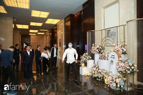 Chiếc váy trăm triệu của Quỳnh Anh được đặt giữa lễ đường, chiêm ngưỡng không gian sảnh cưới đẹp như cổ tích trước giờ G-15