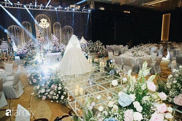 Chiếc váy trăm triệu của Quỳnh Anh được đặt giữa lễ đường, chiêm ngưỡng không gian sảnh cưới đẹp như cổ tích trước giờ G-17