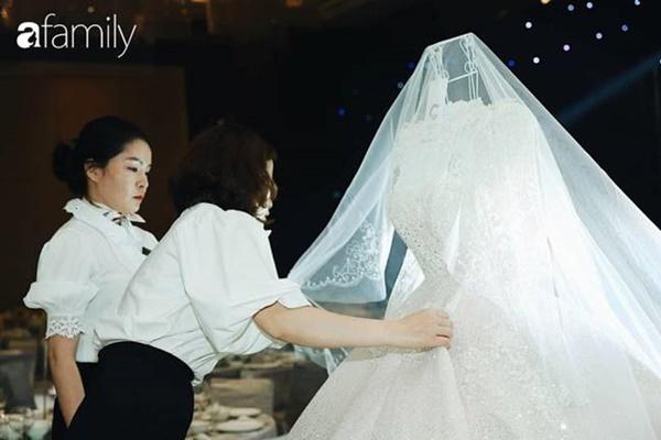 Chiếc váy trăm triệu của Quỳnh Anh được đặt giữa lễ đường, chiêm ngưỡng không gian sảnh cưới đẹp như cổ tích trước giờ G-18