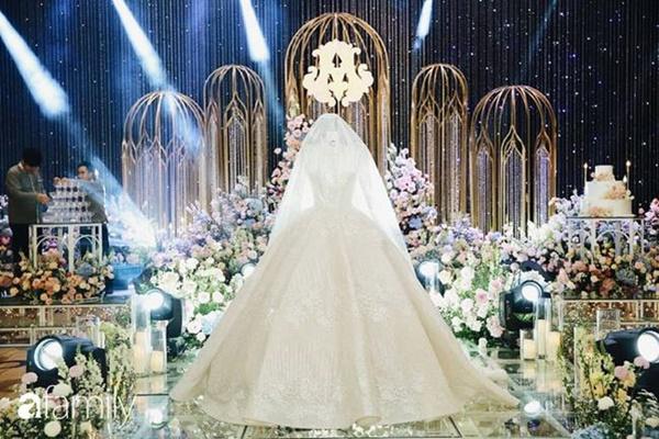 Chiếc váy trăm triệu của Quỳnh Anh được đặt giữa lễ đường, chiêm ngưỡng không gian sảnh cưới đẹp như cổ tích trước giờ G-22