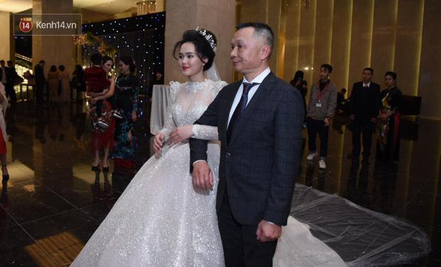 Duy Mạnh - Quỳnh Anh bật khóc trong đám cưới, bố cô dâu xúc động nhắn nhủ: Dẫu gian nan mong 2 con vẫn bên nhau-8