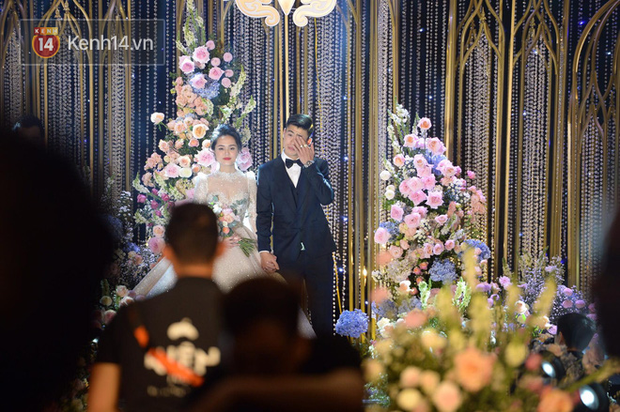 Duy Mạnh - Quỳnh Anh bật khóc trong đám cưới, bố cô dâu xúc động nhắn nhủ: Dẫu gian nan mong 2 con vẫn bên nhau-4