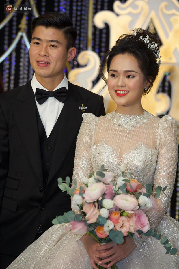 Duy Mạnh - Quỳnh Anh bật khóc trong đám cưới, bố cô dâu xúc động nhắn nhủ: Dẫu gian nan mong 2 con vẫn bên nhau-16