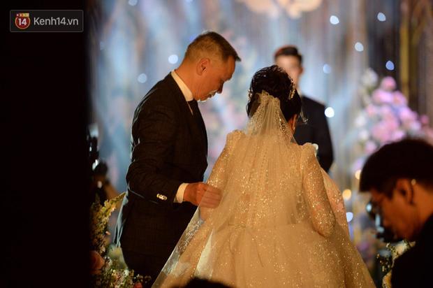 Duy Mạnh - Quỳnh Anh bật khóc trong đám cưới, bố cô dâu xúc động nhắn nhủ: Dẫu gian nan mong 2 con vẫn bên nhau-2