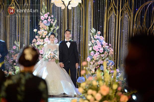 Duy Mạnh - Quỳnh Anh bật khóc trong đám cưới, bố cô dâu xúc động nhắn nhủ: Dẫu gian nan mong 2 con vẫn bên nhau-5