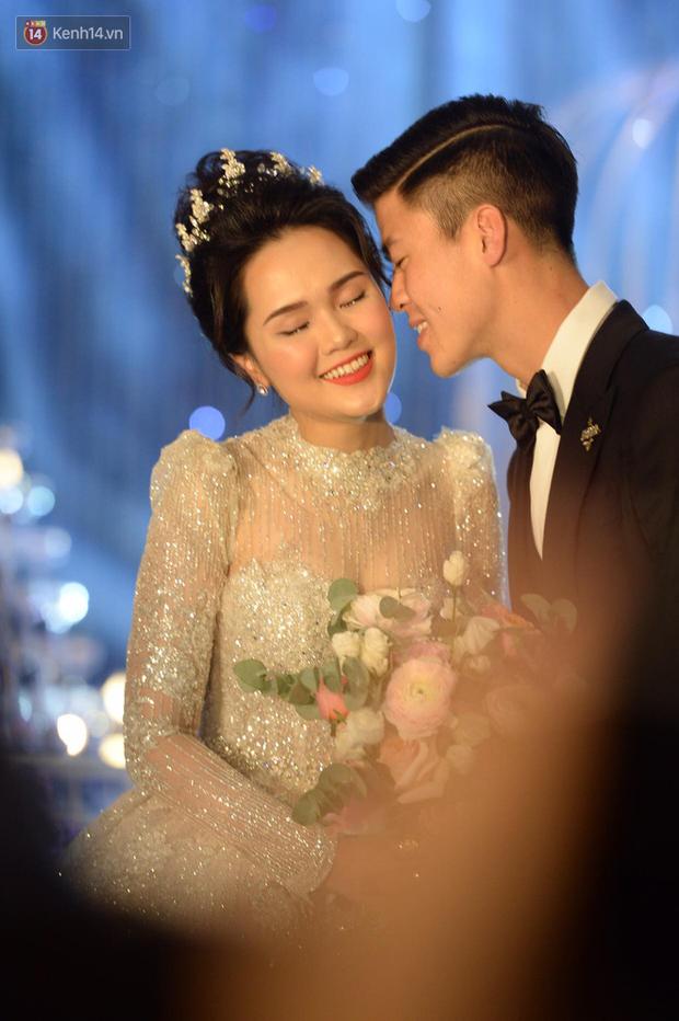 Duy Mạnh - Quỳnh Anh bật khóc trong đám cưới, bố cô dâu xúc động nhắn nhủ: Dẫu gian nan mong 2 con vẫn bên nhau-11
