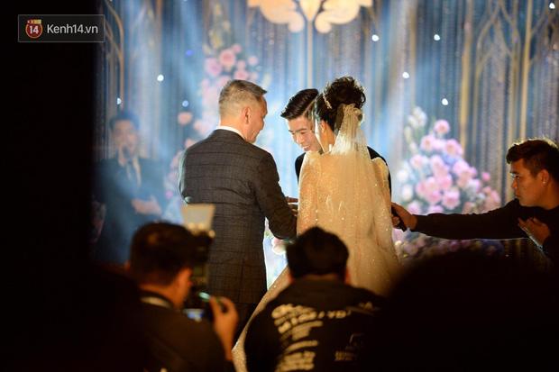 Duy Mạnh - Quỳnh Anh bật khóc trong đám cưới, bố cô dâu xúc động nhắn nhủ: Dẫu gian nan mong 2 con vẫn bên nhau-3