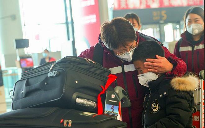 Cậu bé nghẹn ngào nhìn mẹ đi vào vùng dịch Vũ Hán hỏi Mẹ không yêu con nữa à?, câu trả lời của mẹ được khen nức nở-4