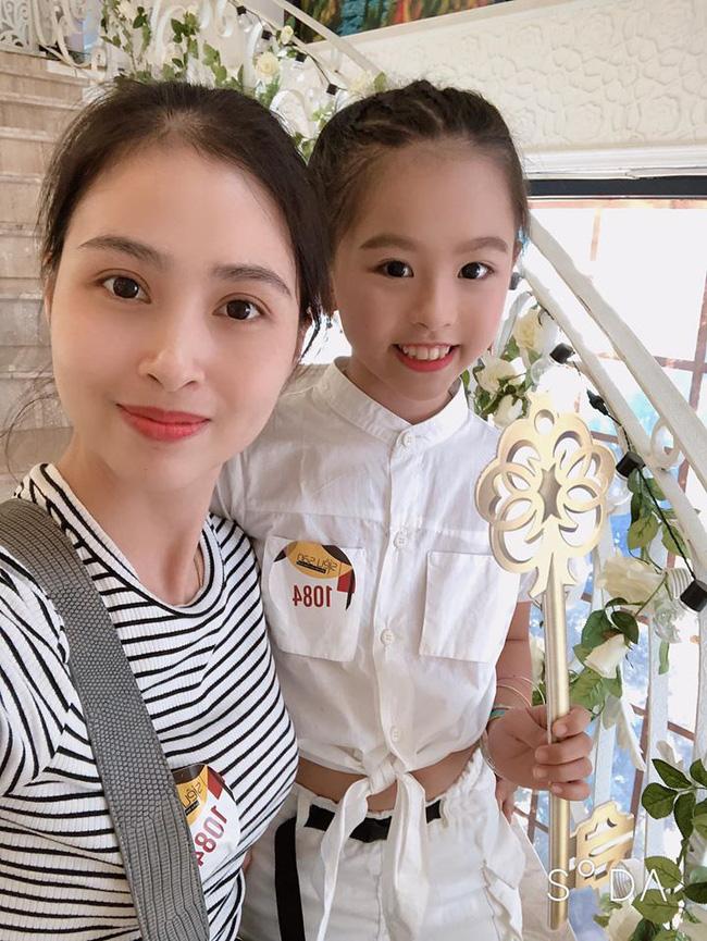 Chân dung người chị ruột xinh đẹp và cô cháu gái model nhí chuyên nghiệp vừa xuất hiện nổi bật trong đám cưới cậu Duy Mạnh ngày hôm qua-5