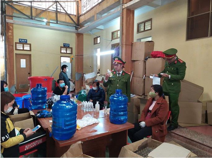 Phát hiện cơ sở sản xuất hàng ngàn chai nước rửa tay chống virus corona giả-1