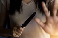 Đang ở nhà một mình thì bị gã hàng xóm đột nhập vào cưỡng hiếp, người phụ nữ cầm dao làm bếp cắt luôn 'của quý' của người đàn ông