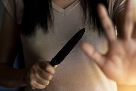 Đang ở nhà một mình thì bị gã hàng xóm đột nhập vào cưỡng hiếp, người phụ nữ cầm dao làm bếp cắt luôn