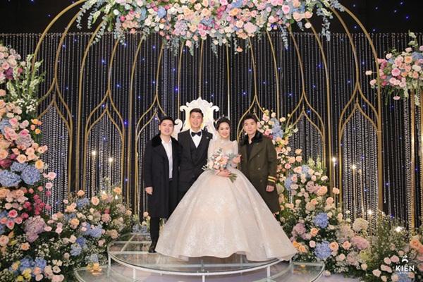 2 thiếu gia nhà bầu Hiển dự đám cưới Duy Mạnh - Quỳnh Anh, khí chất tổng tài khiến dân tình trầm trồ-1