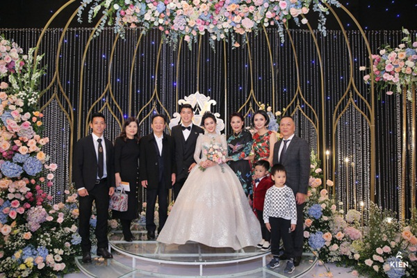 2 thiếu gia nhà bầu Hiển dự đám cưới Duy Mạnh - Quỳnh Anh, khí chất tổng tài khiến dân tình trầm trồ-4