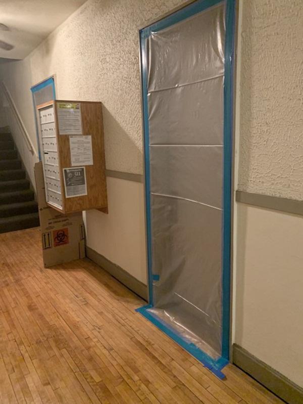Nhà bốc mùi hôi, chàng trai gọi bảo trì mới phát hiện nguồn cơn từ vết chất lỏng đen trên tường và người đàn ông sống tầng trên-3
