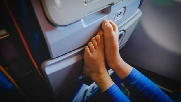 Vì sao không nên cởi giày, dép ra khi máy bay cất cánh hoặc hạ cánh?-2