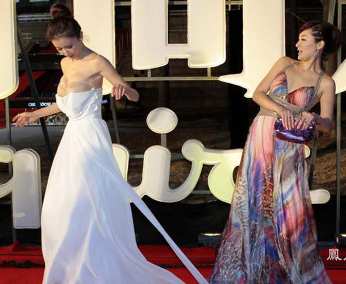 Mỹ nhân Cbiz và sự cố trang phục: Dương Tử - Lưu Diệc Phi muối mặt vì hàng rởm, loạt mỹ nhân ê chề vì tuột váy-12