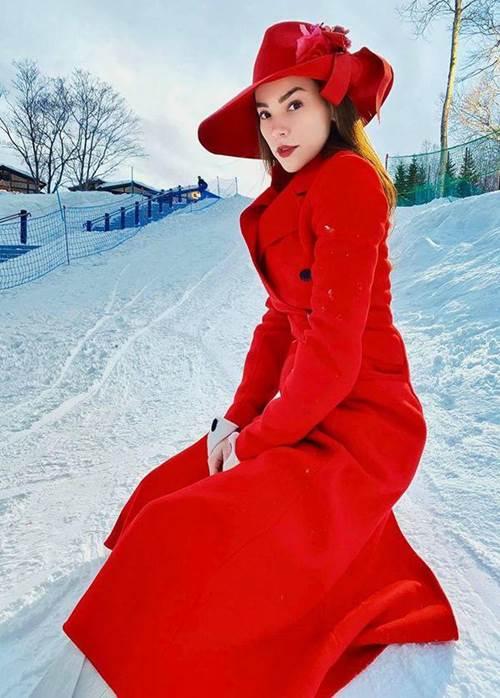 Ra khu trượt tuyết nhưng lại diện bộ đồ hệt quý bà, chắc chỉ Hà Hồ mới tự tin vậy-1