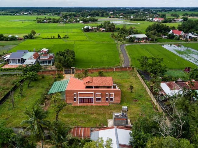 Chán nhà tầng, vợ chồng Việt xây nhà 2.000m2 như nhà địa chủ-1