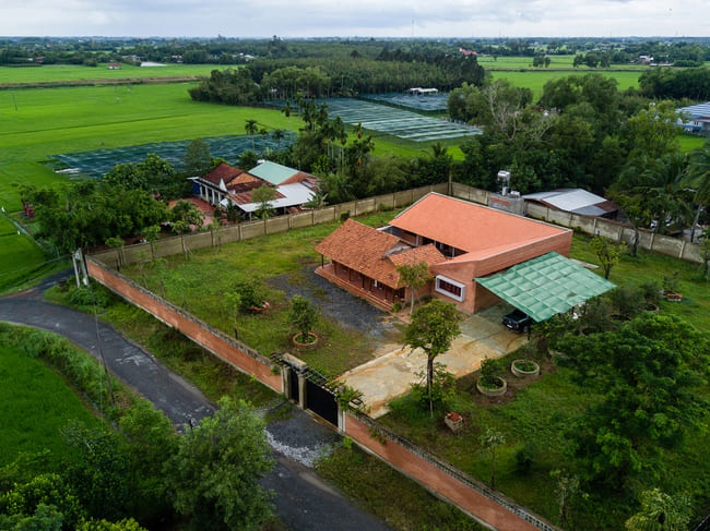 Chán nhà tầng, vợ chồng Việt xây nhà 2.000m2 như nhà địa chủ-2