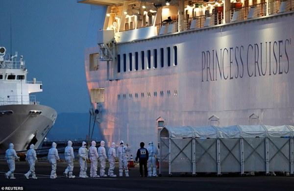 Cuộc sống của những người bị cách ly trên du thuyền hạng sang có 136 người nhiễm virus corona: Hãy tưởng tượng bạn đang bị mắc kẹt trong phòng tắm nhà mình-1