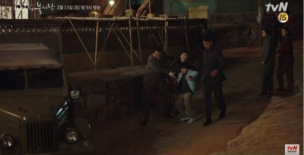 Crash Landing On You tập 15: Son Ye Jin òa khóc vì Hyun Bin bị áp giải về nước, đôi trẻ lại chịu cảnh chia xa-8