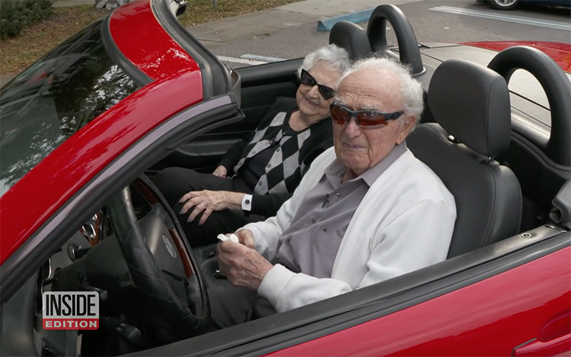 Cụ ông 107 tuổi vẫn khỏe mạnh, lái xe mui trần đưa bạn gái dạo phố-1