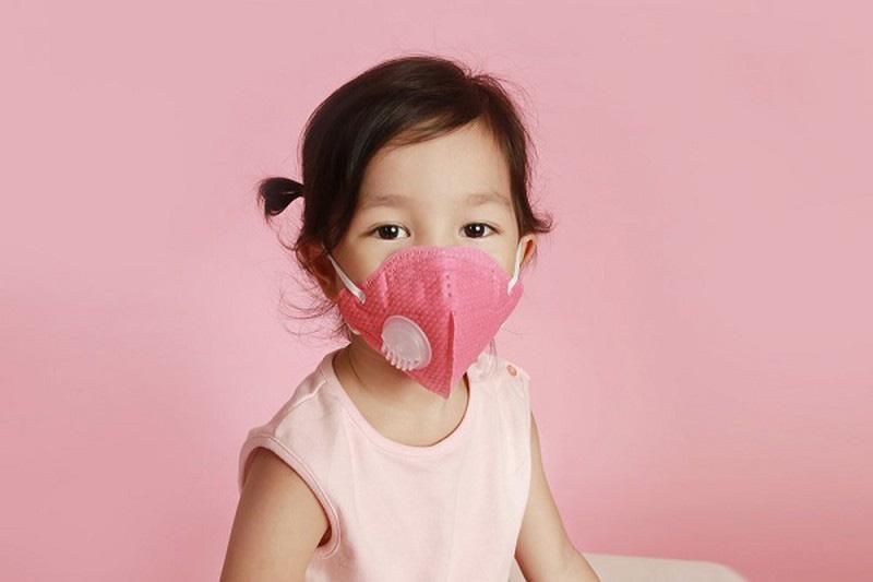 Học sinh sắp quay trở lại trường, cha mẹ có cần yêu cầu trẻ đeo khẩu trang 24/24 để phòng tránh lây lan virus Covid-19?-2