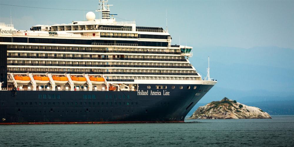 Bị 4 nước hắt hủi không cho cập cảng, lênh đênh trên biển suốt 2 tuần vì nỗi lo virus Covid-19, hành khách trên một du thuyền khác cầu cứu trong tuyệt vọng-1